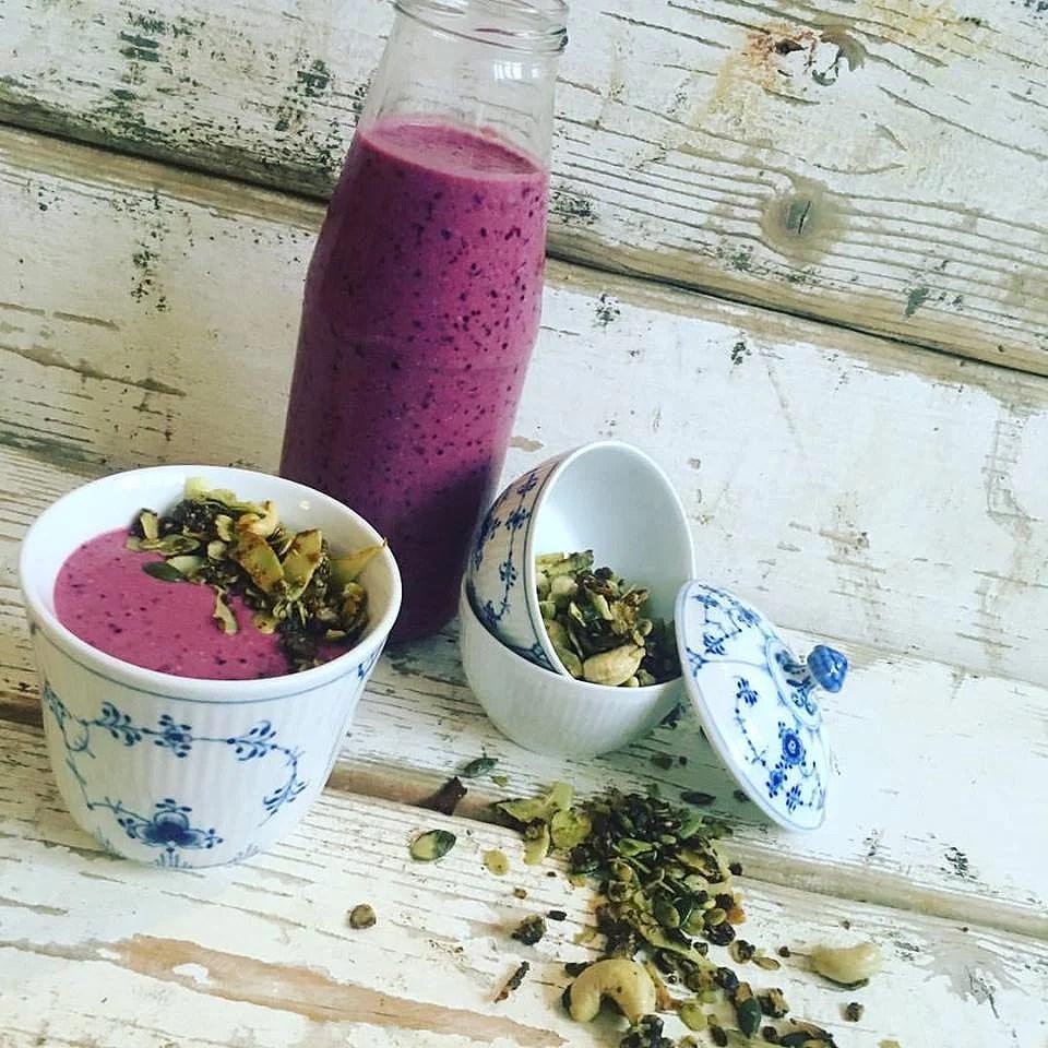 Brombær-matcha milkshake