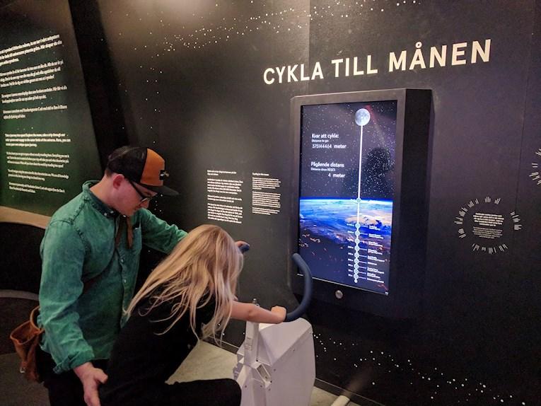 Universeum Göteborg hållbar intressant och rolig semester hemester för barn och vuxna cykla till månen i rymdutställningen