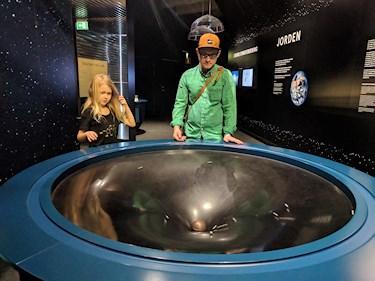 Universeum Göteborg hållbar intressant och rolig semester hemester för barn och vuxna gravitation tratt med kulor i rymdutställningen.