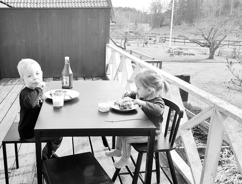 Tvååring som gråter av lycka ..