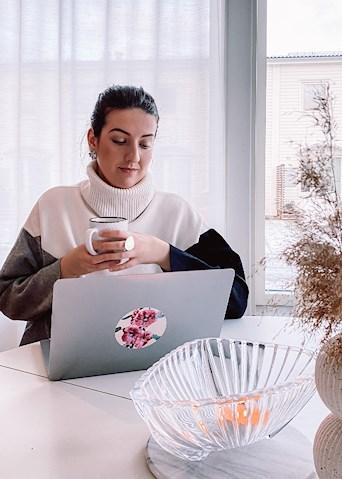 jobba framför datorn