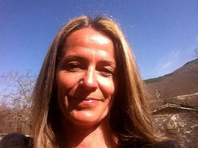 Svenska Annas hem försvann i jordbävningen i Italien, men hon blir kvar för att bygga nytt.