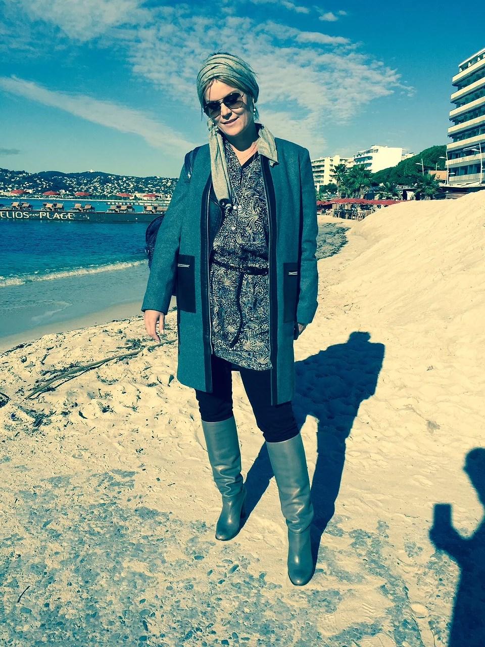 På stranden i lang jakke støvler, hårbånd.... det passer vist ikke helt sammen...., eller hvad??