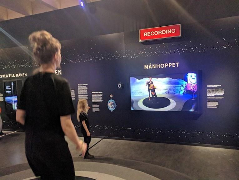 Universeum Göteborg hållbar intressant och rolig semester hemester för barn och vuxna månhoppet film i utställning om rymden.