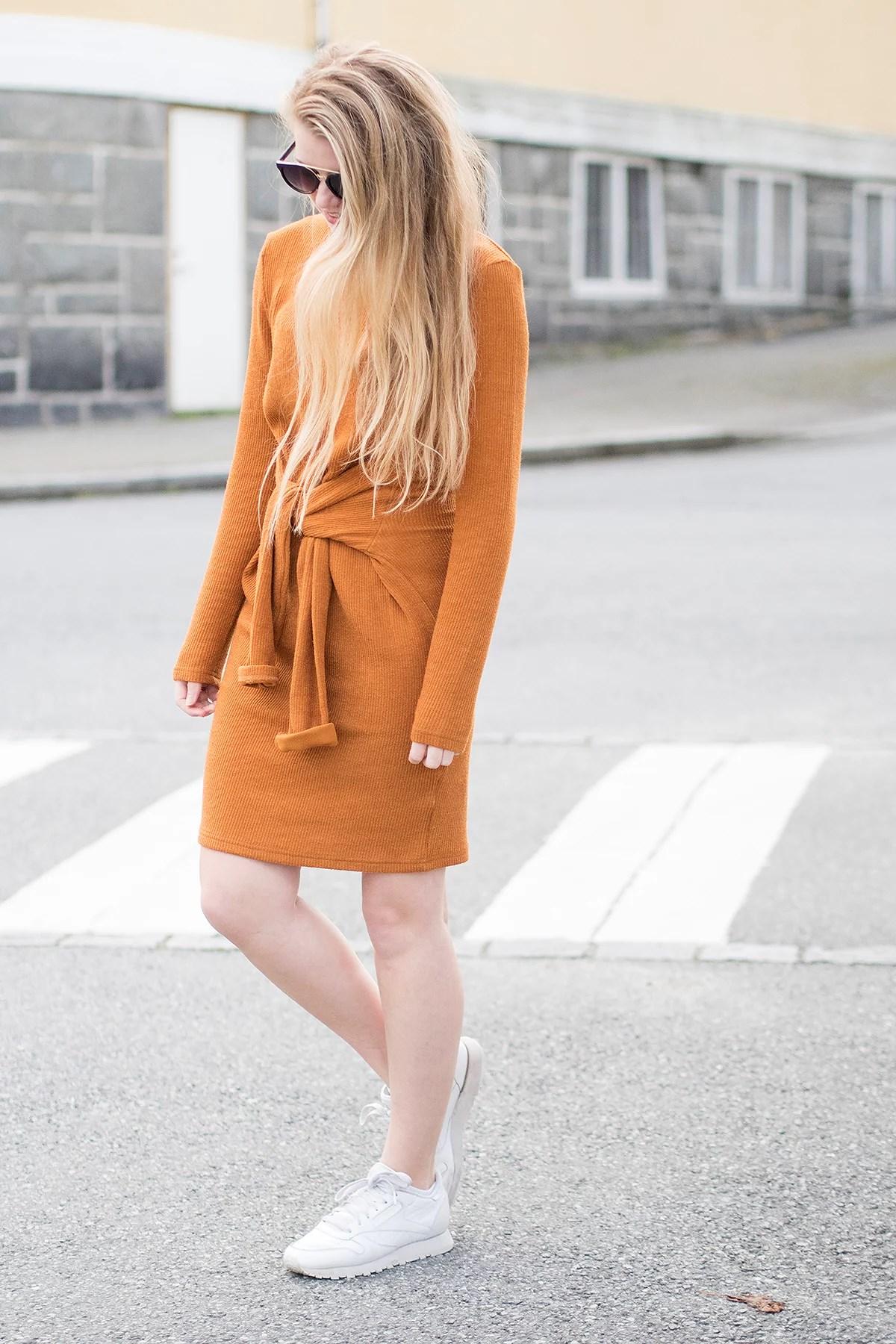 krist.in kjole bikbok gul