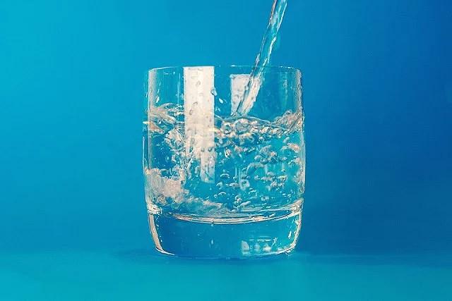 ¿Por qué hay que beber dos litros de agua al día?