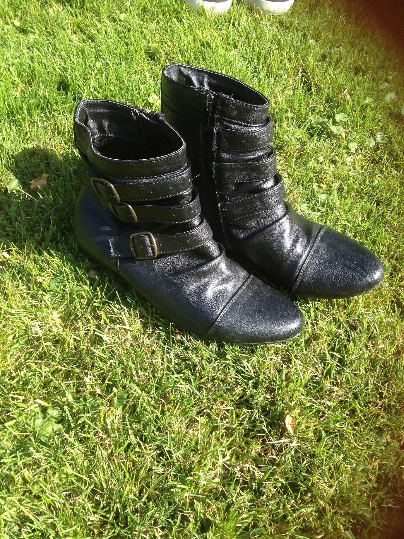 90fa3f74 Svarta höst/vinter skor med liten klack, storlek 35 för 40kr.