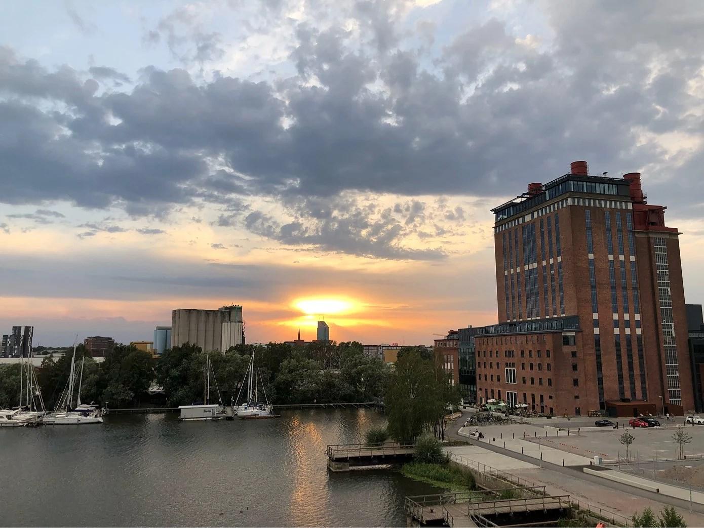 Magisk solnedgång bakom himlen