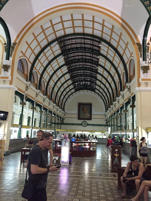 Posthuset indefra, hvor Ho Chi Minh smilende troner for enden.