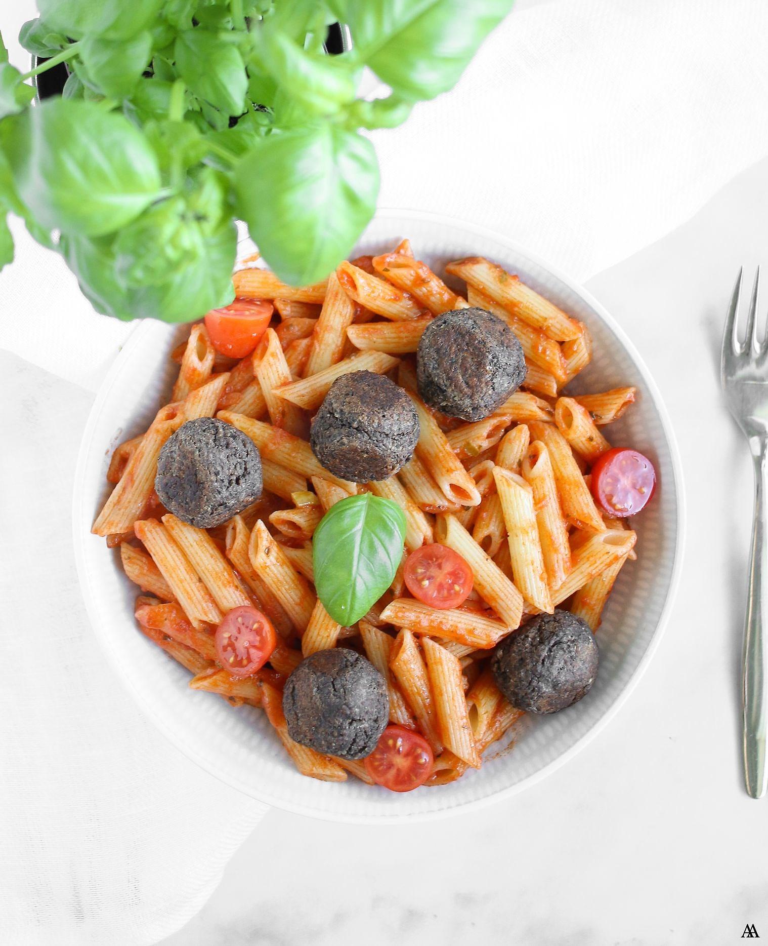 Vegobollar med pasta i tomatsås