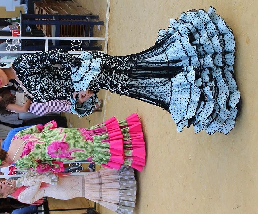 En la Feria de Jerez se respira un ambiente único rodeada de lunares, flecos, volantes, arte y elegancia.