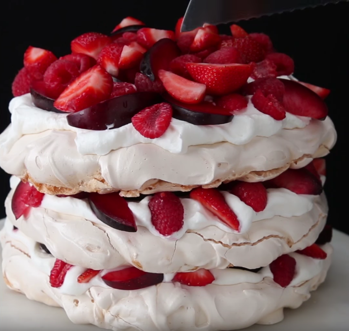 Recept: Berries And Cream Cloud Cake