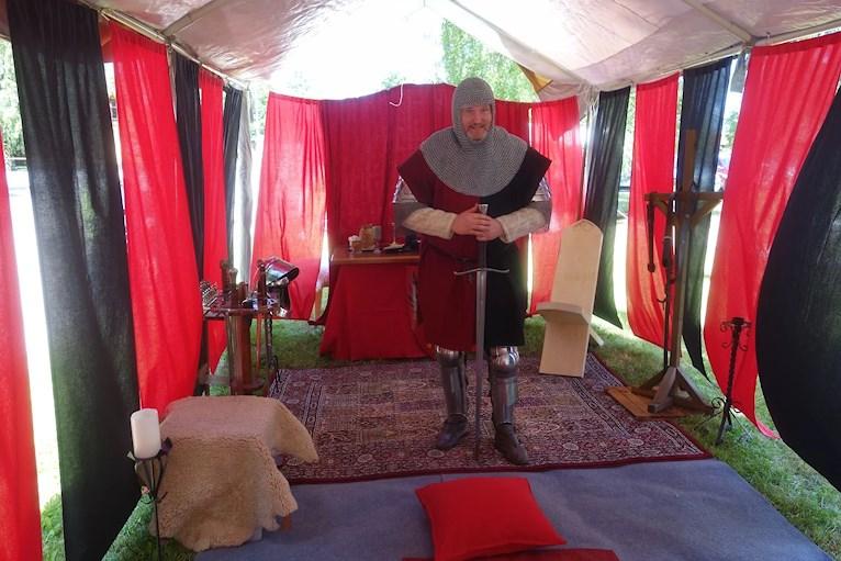 Tält i svart och rött med riddare som utför riddardubbning Tuna Ting.