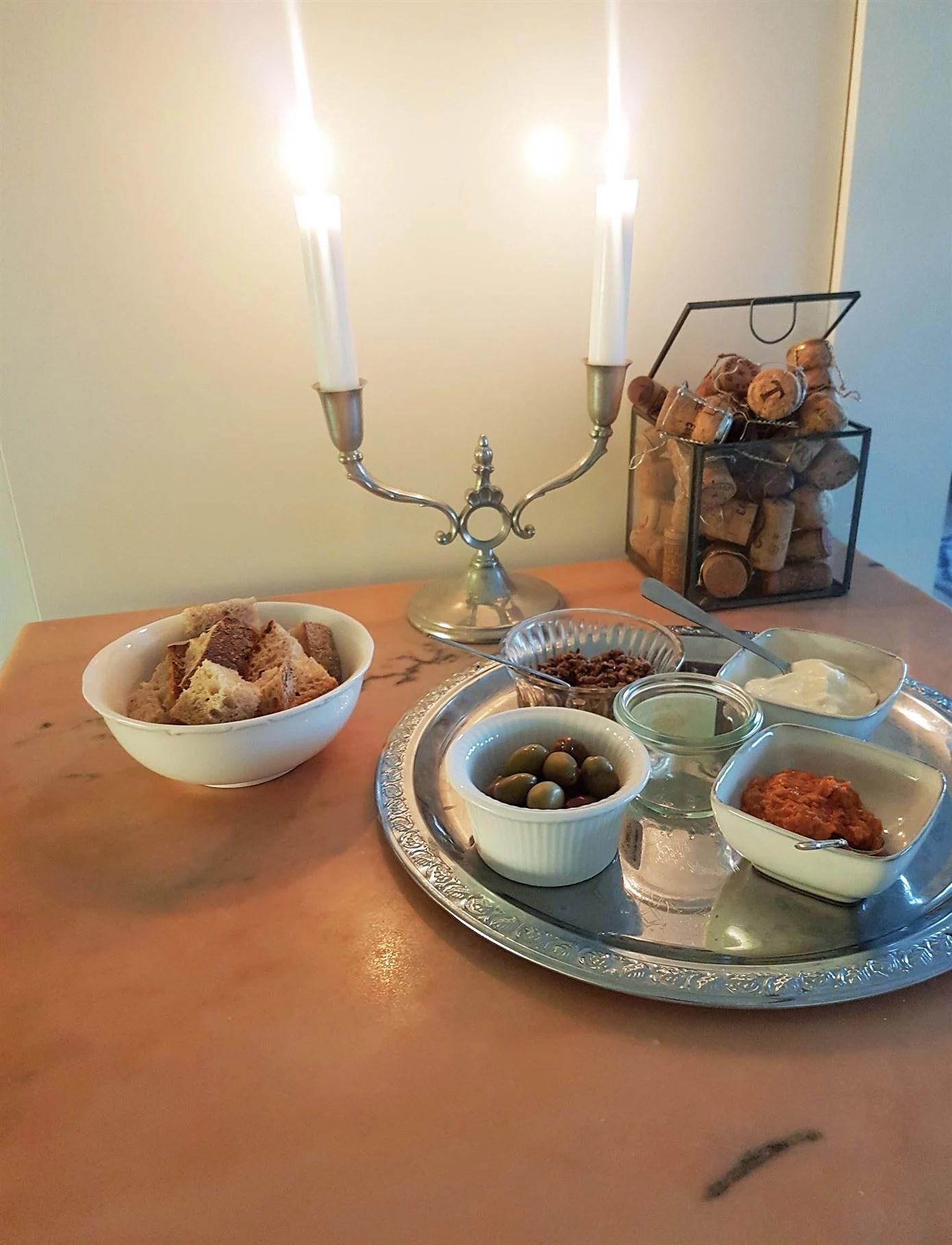 Helgbrickan med surdegsbröd, oliver, tapenade och aioli