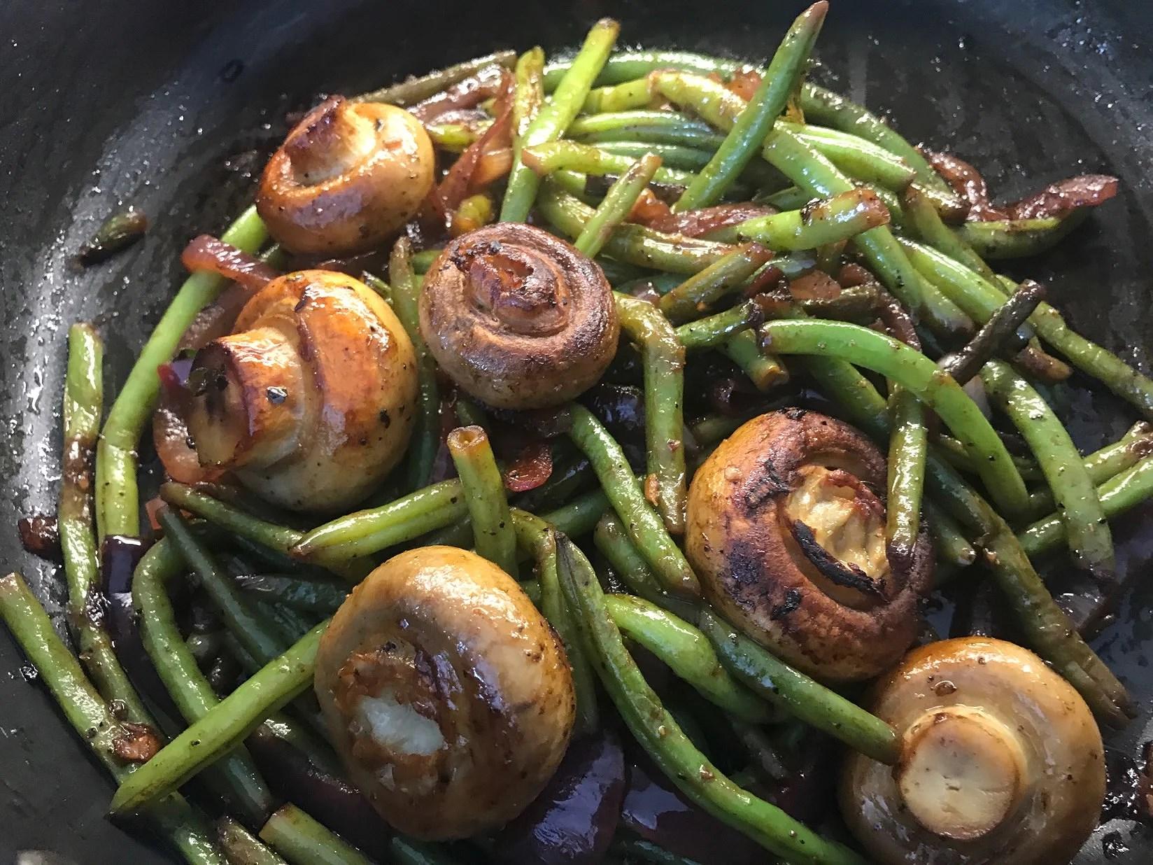 Vegan lunch- Haricot verts med rödlök, champinjoner, vitlök, chili och honung