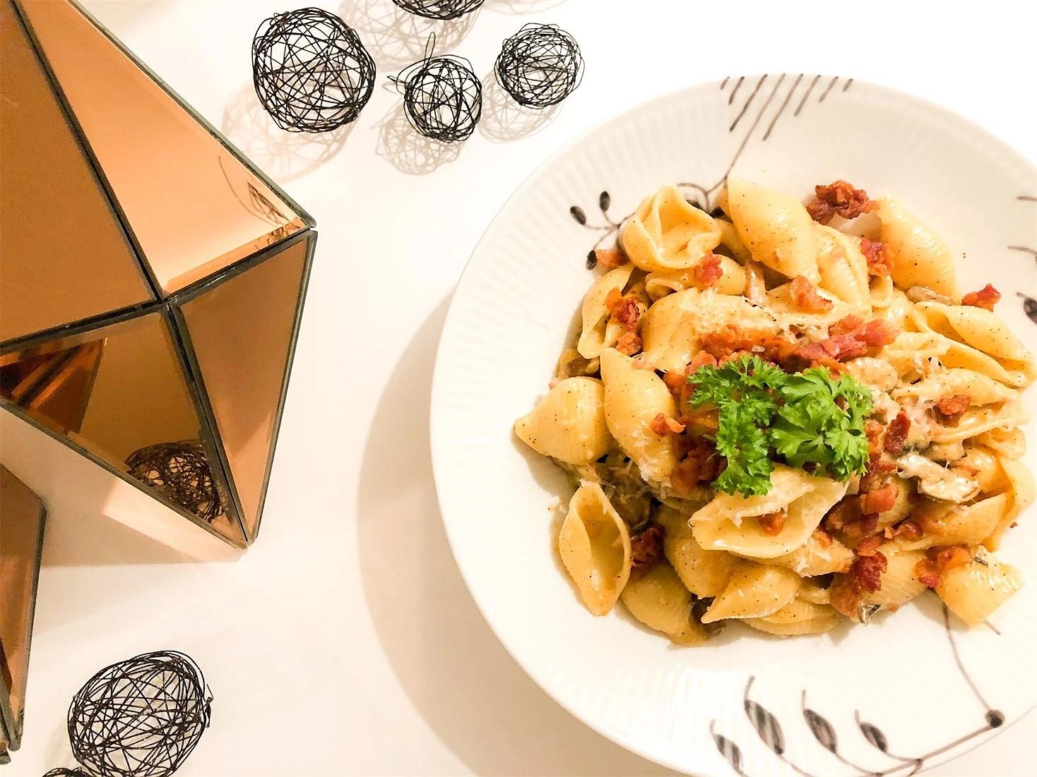 Pasta dream with mushrooms, cream and bacon