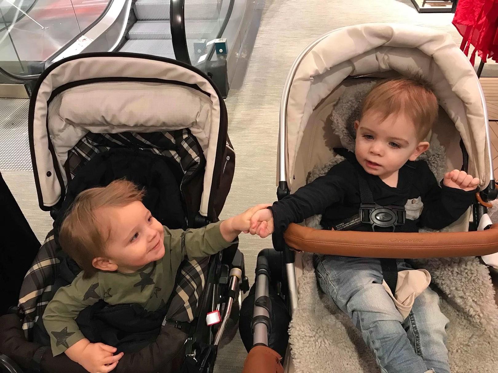 Fota ditt/dina barn när de håller någon i handen