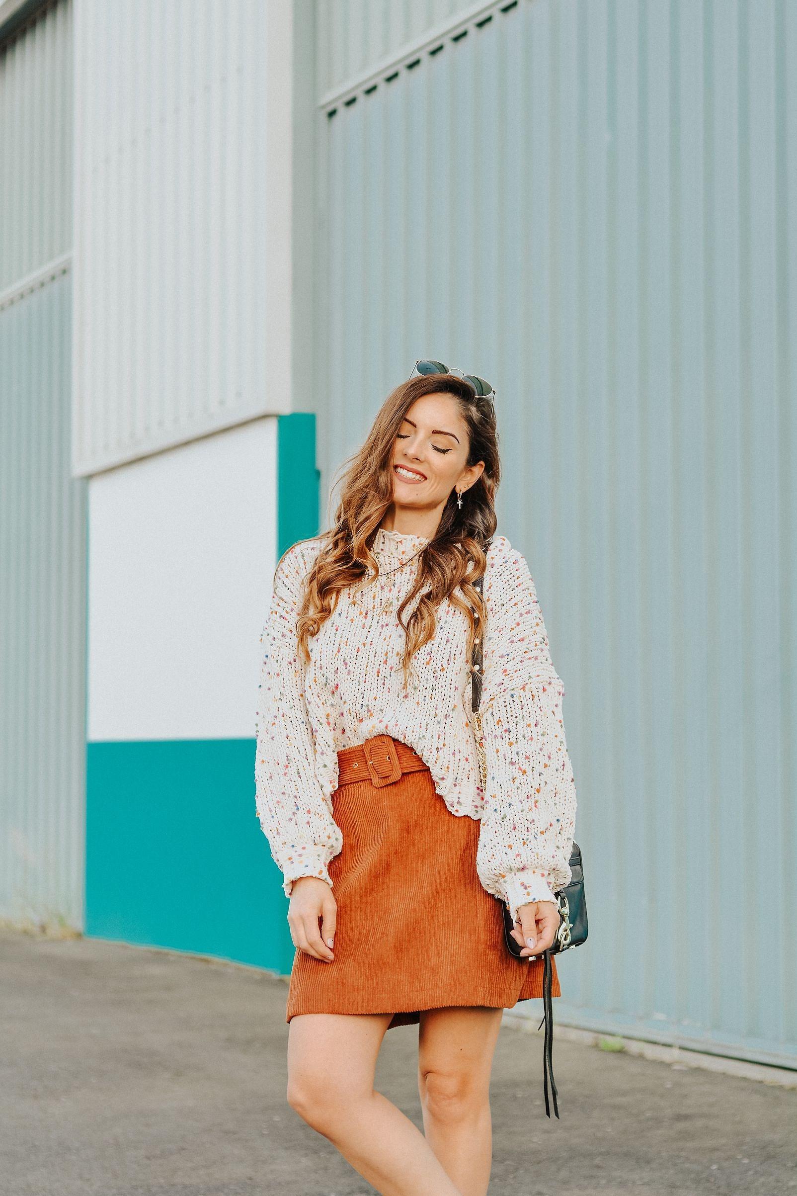 Jersey multicolor y falda de pana