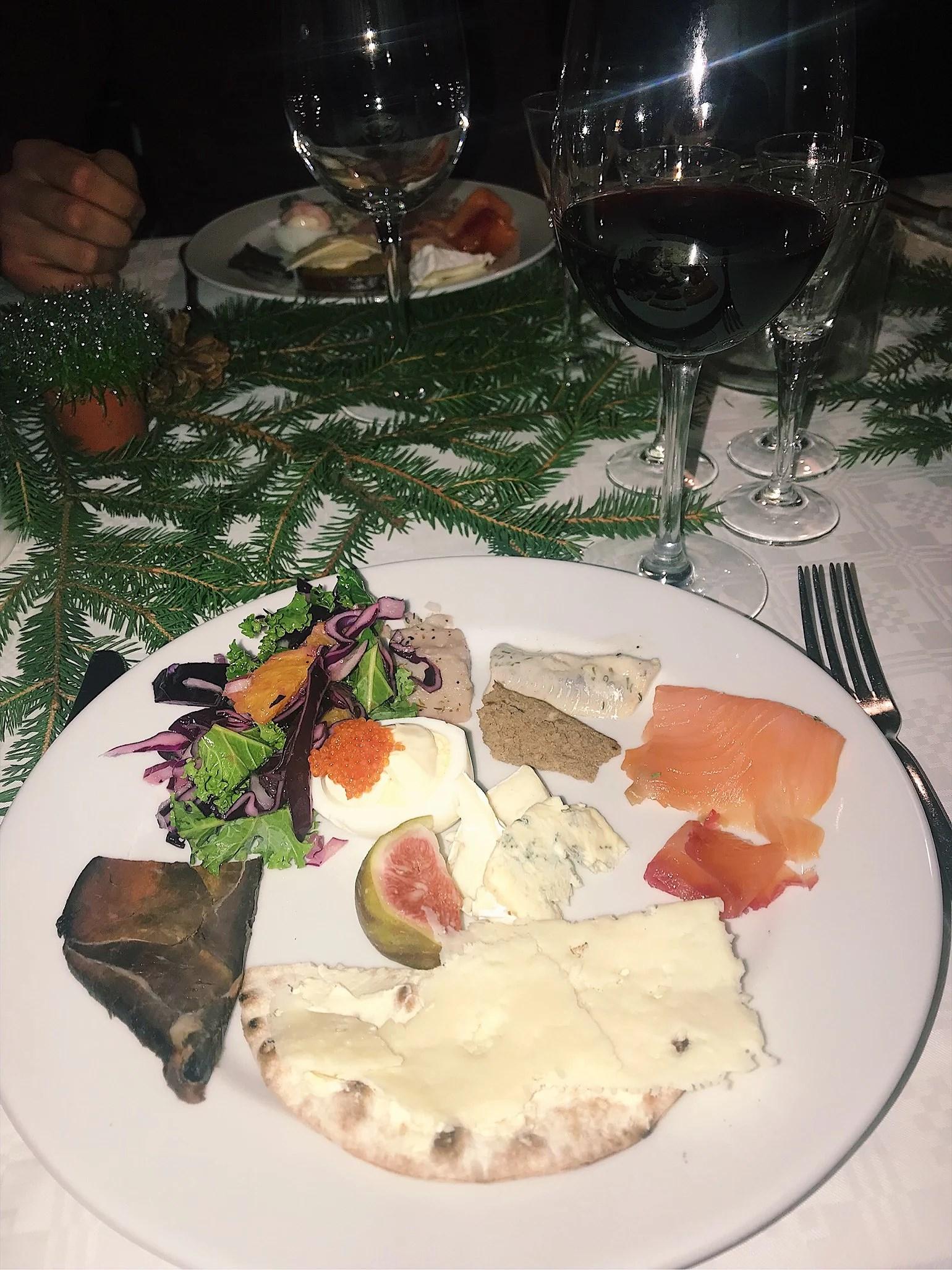 Julbord, julklappslek och lillejul