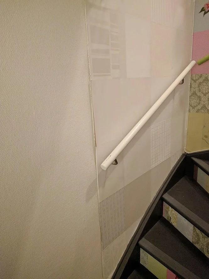 Fixa väggen med vit eltejp glipa i tapet skiva i trapp källartrappa fixas med tejp tapetserat i lapptäcke retro färgglatt och vitt.