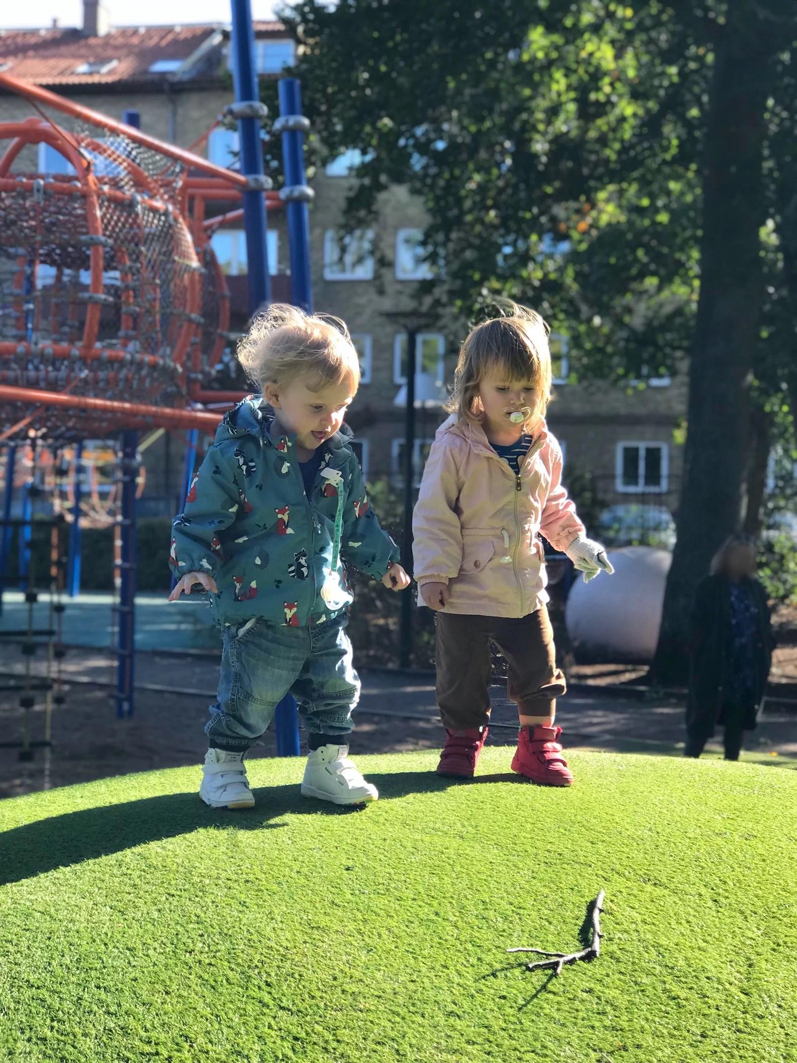 Bus i parken med kompisen!
