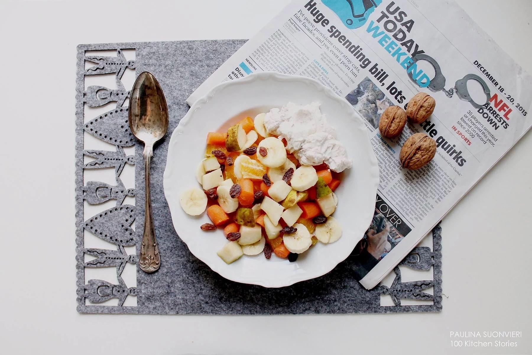 Frukostsallad med frukt, morötter och julkvarg