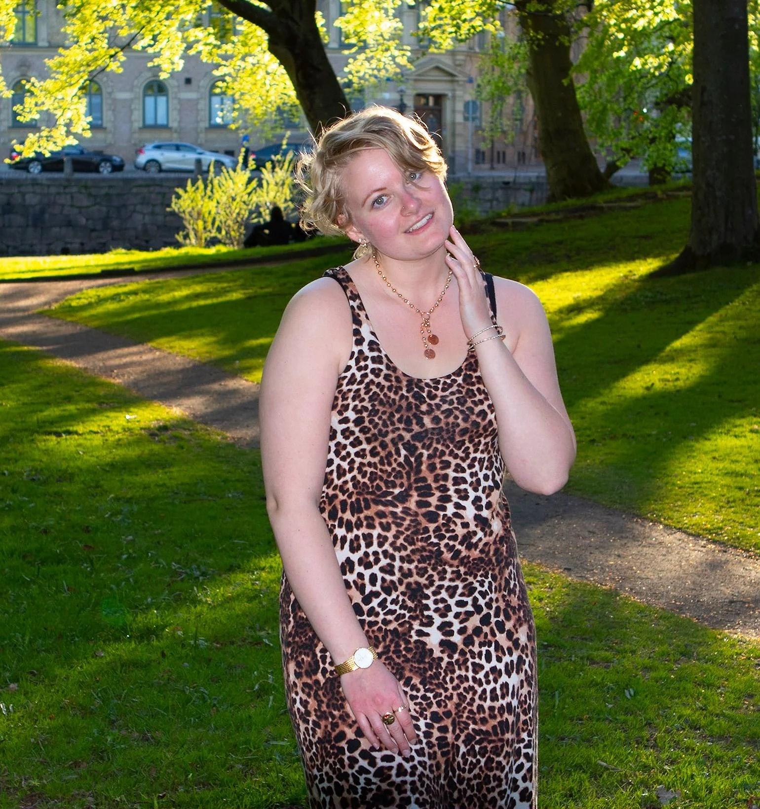 Klänning i leopard.