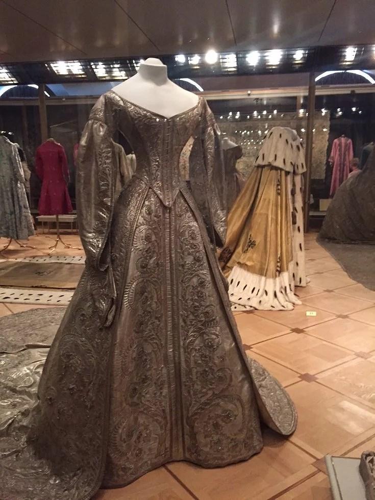 Kjolen er af silkebrokade og guld og sølv tråd og vejer op til 15 kg. Det er en kroningskjole