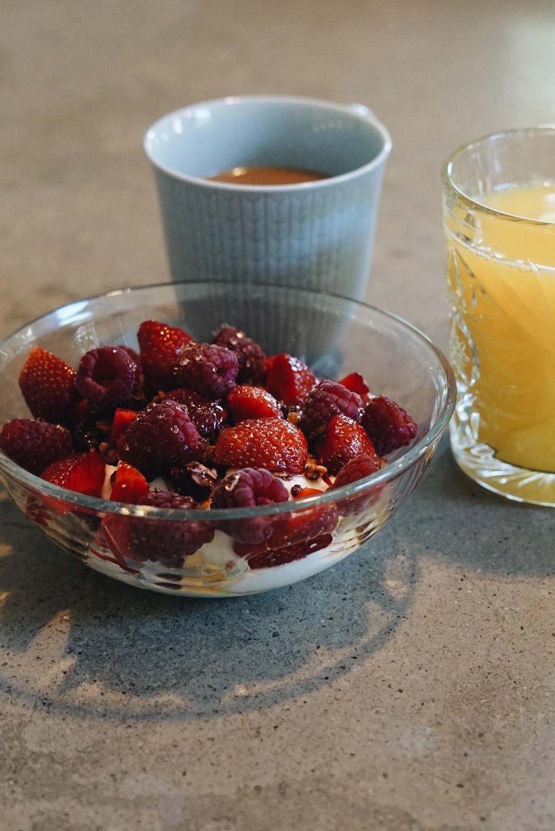 Greek yoghurt and fresh fruits...och en halv flaska honung
