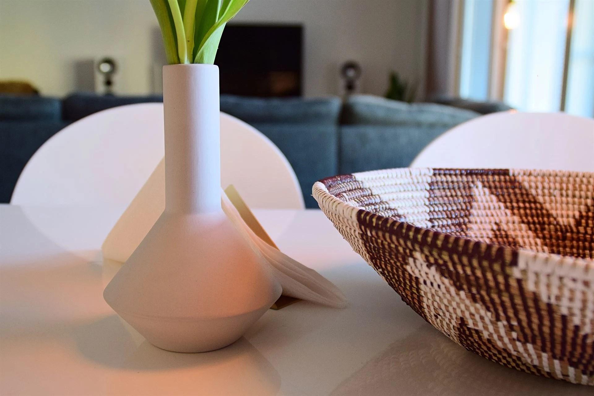 Morgonkaffe i morgonsolen med tulpaner
