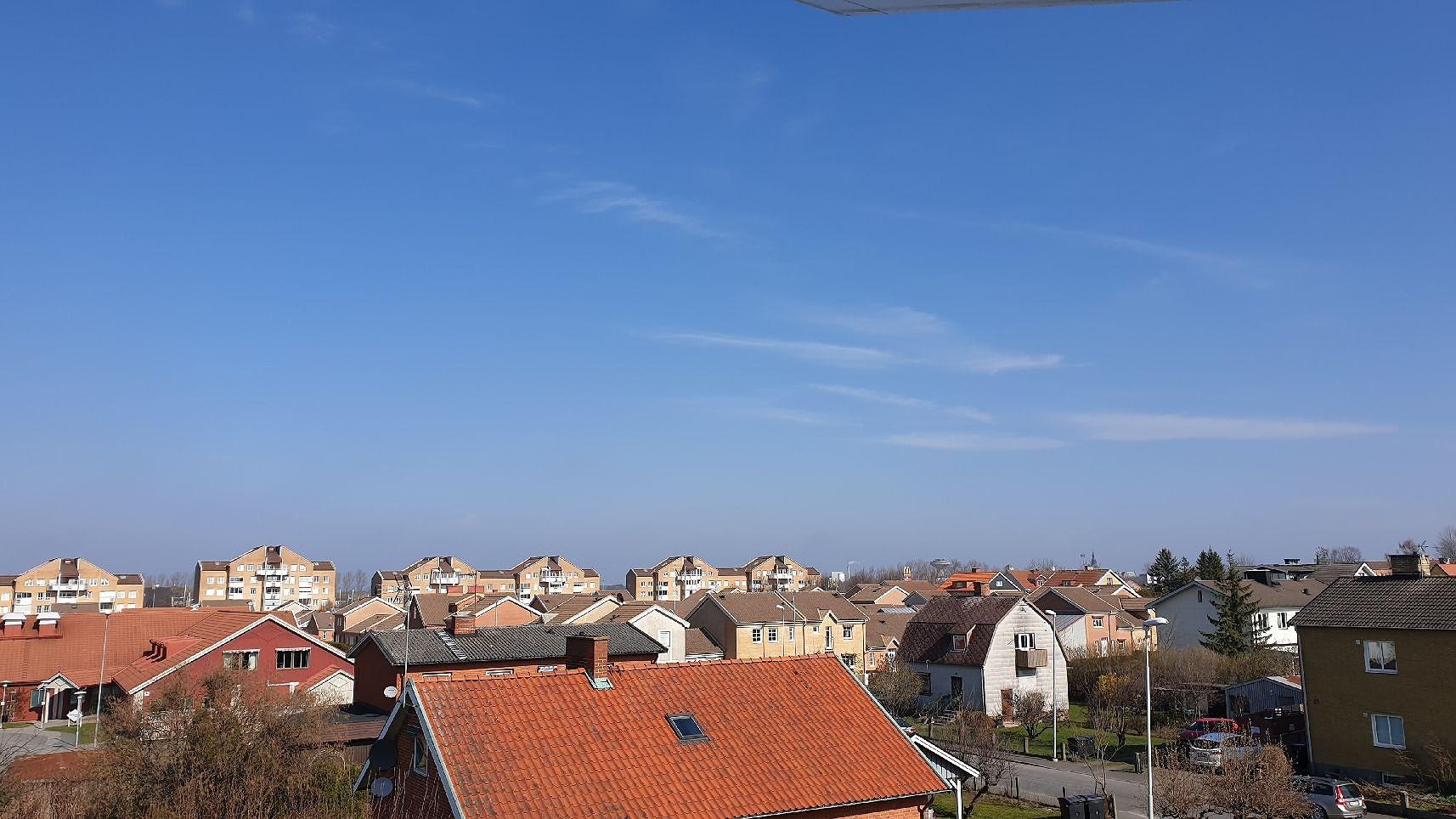 Klarblå himmel och skrynkliga läppar