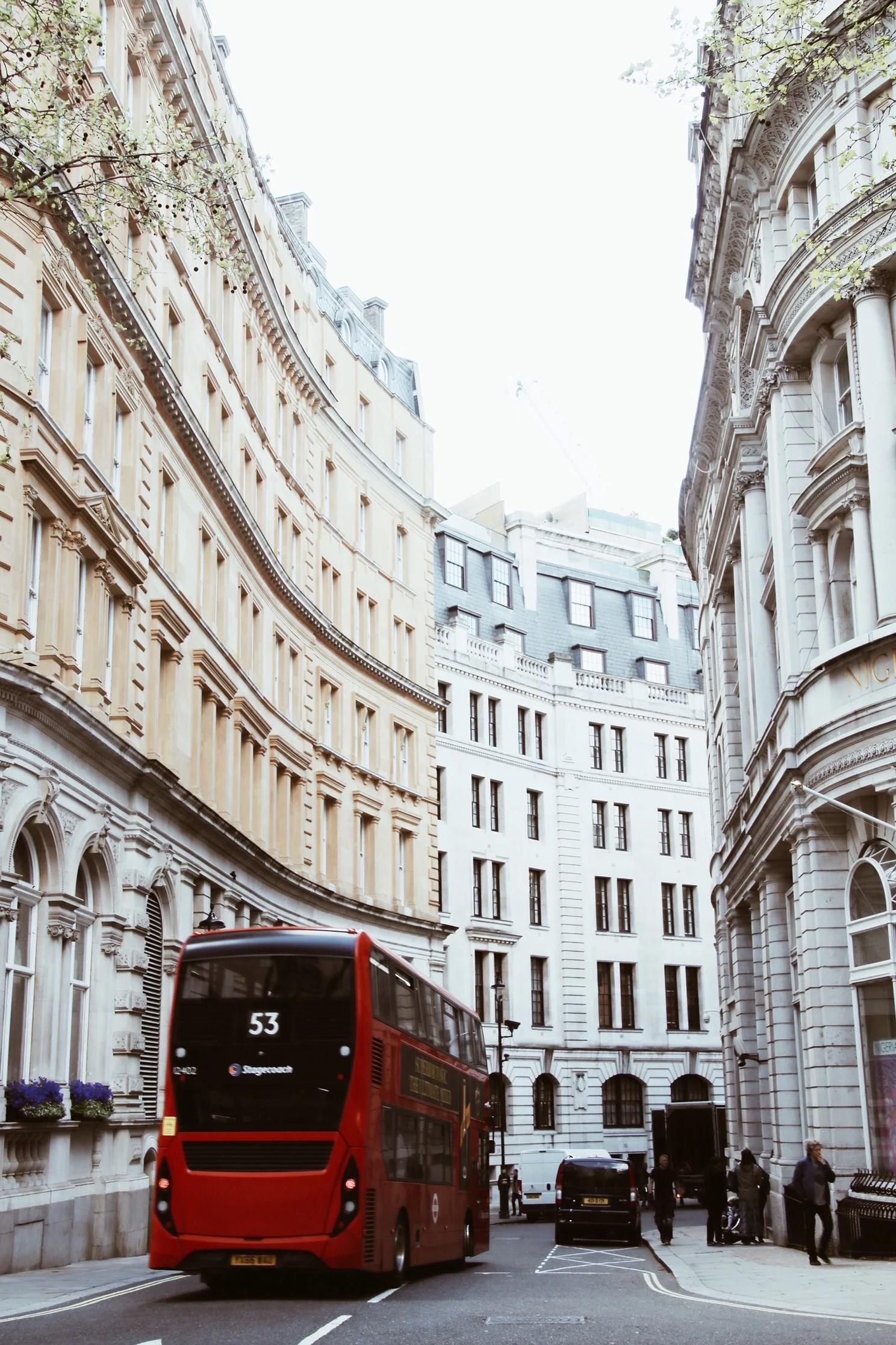 Röda bussar och höga hus