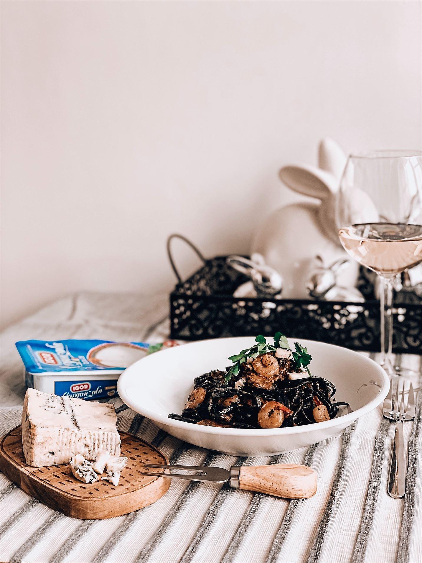 Czarny makaron z krewetkami i borowikami w sosie śmietanowym z gorgonzolą i natką pietruszki