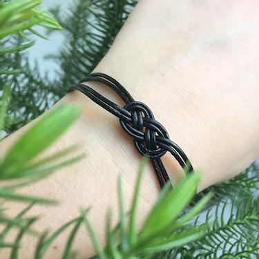 DIY-armband. Snyggt knoparmband. Gör ditt eget smycke.