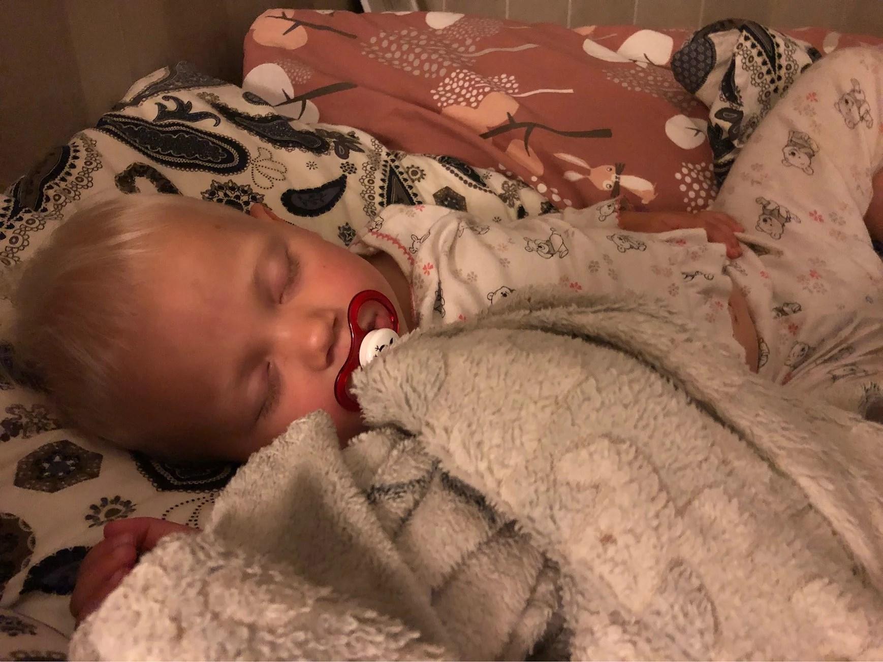 Hon går i sömnen!!