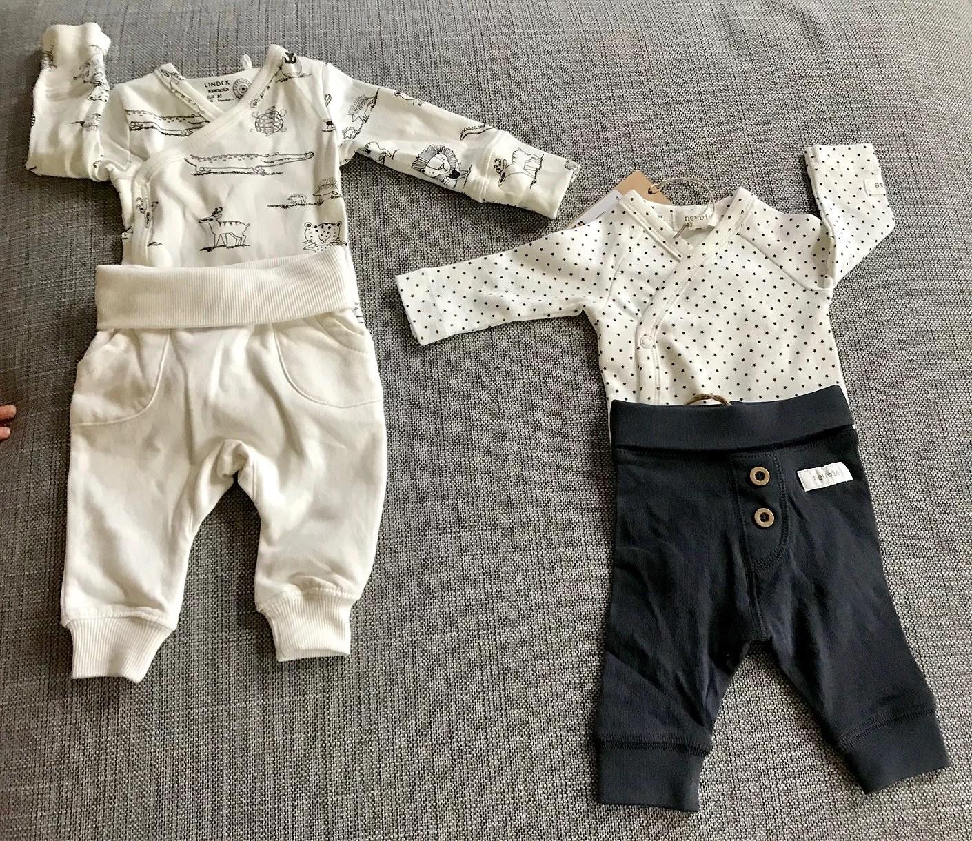 Första bebiskläderna