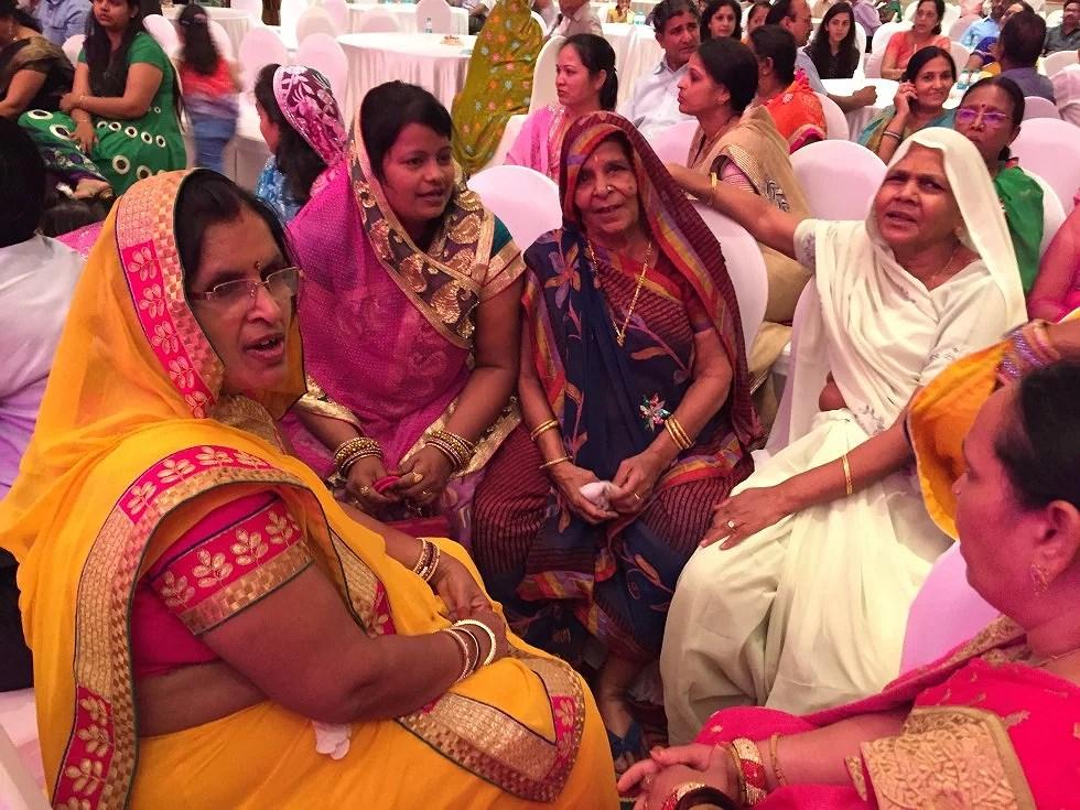 De gamle kvinder sidder og synger sange, der bringer held til parret.