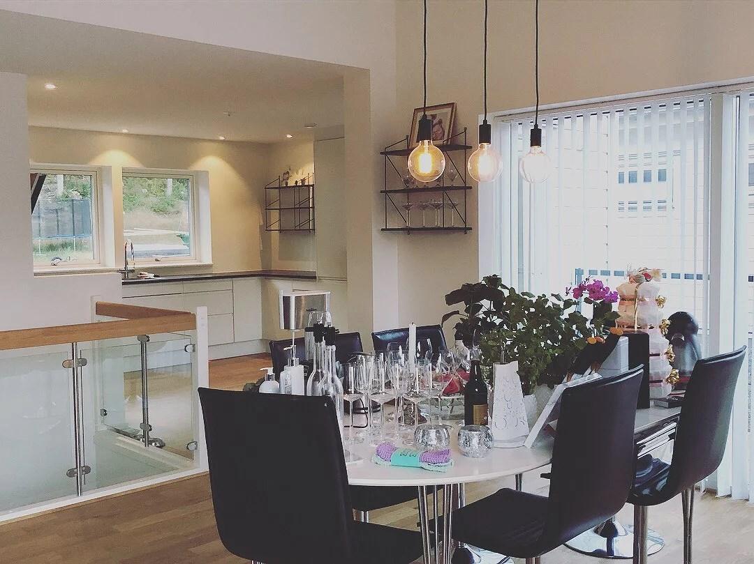 Köket tomt bordet fullt