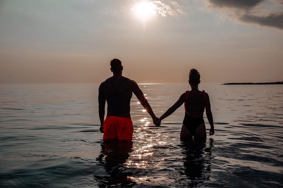 badeshorts, badedragt, dreng, pige, kærester, solnedgang