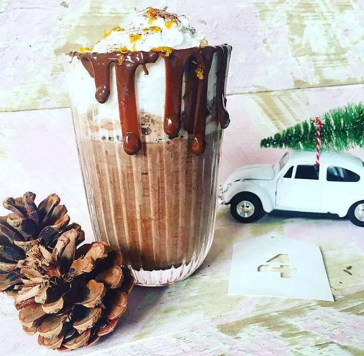 Varm kakao med et twist af appelsin