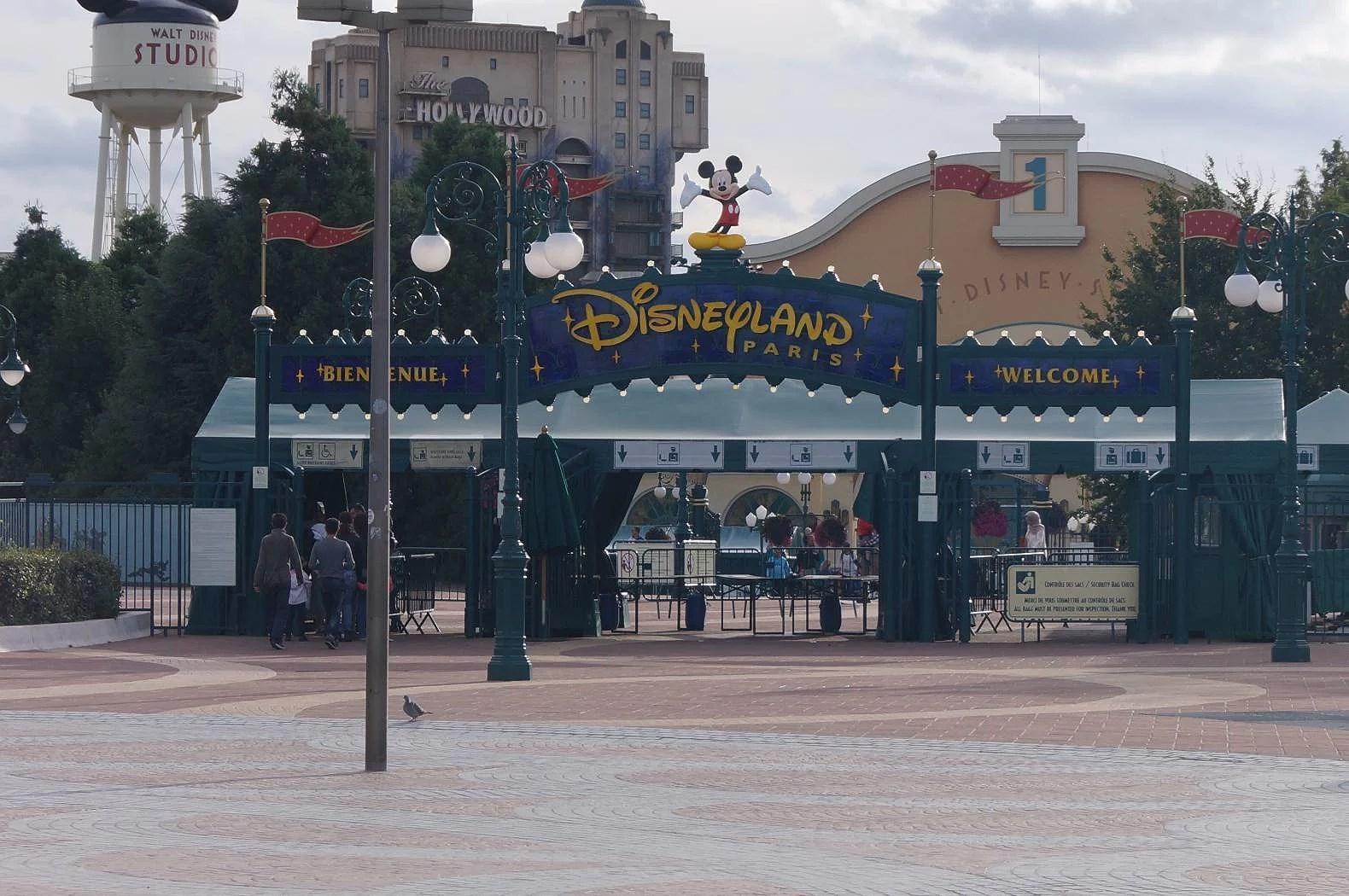 Ingår åkband på Disneyland Paris?