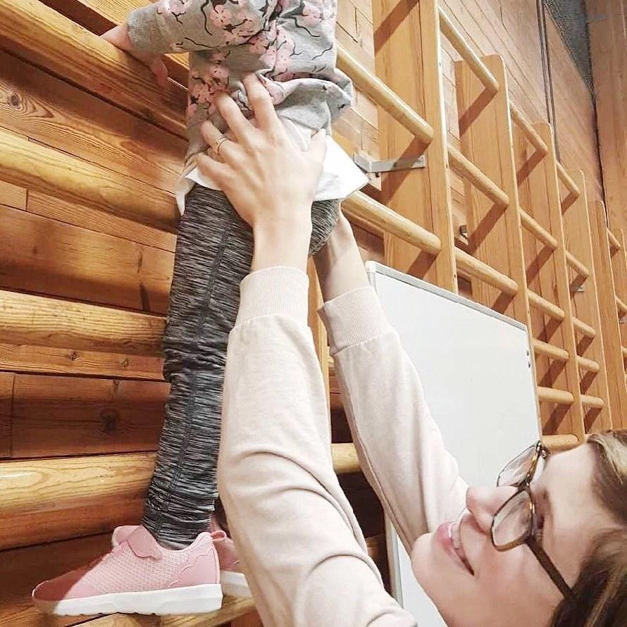 Liten testar familjegymnastik