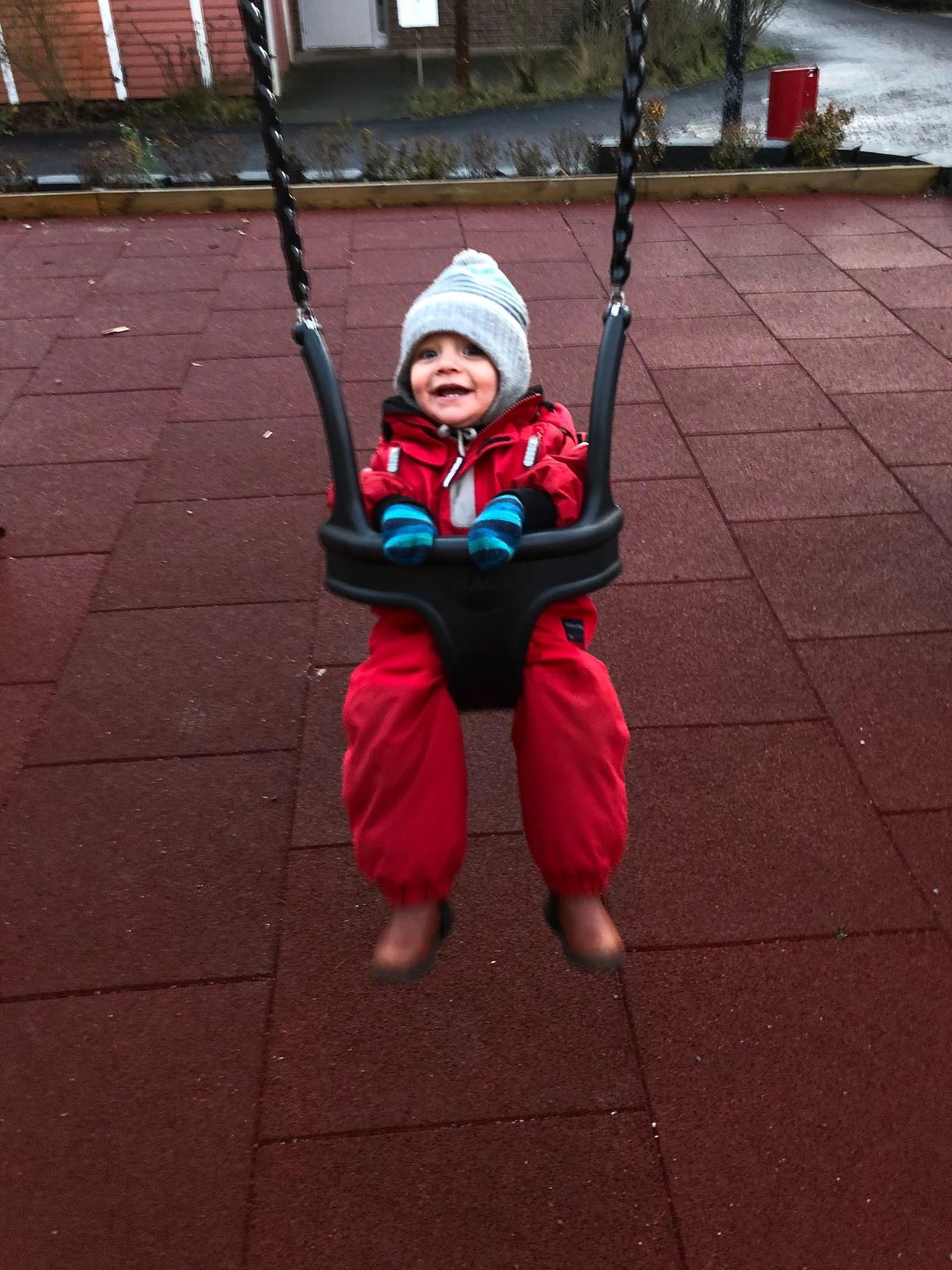 Fota ditt/dina barn när dom gungar
