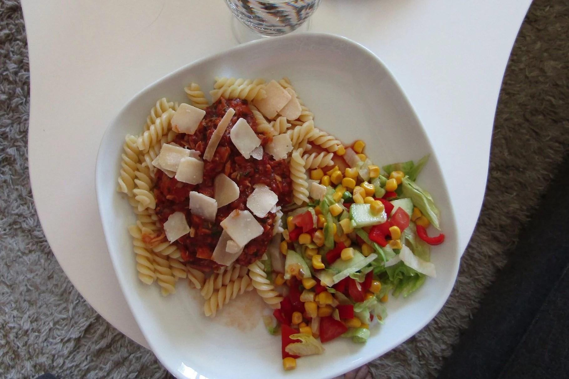 Pasta med syrlig tonfisksås
