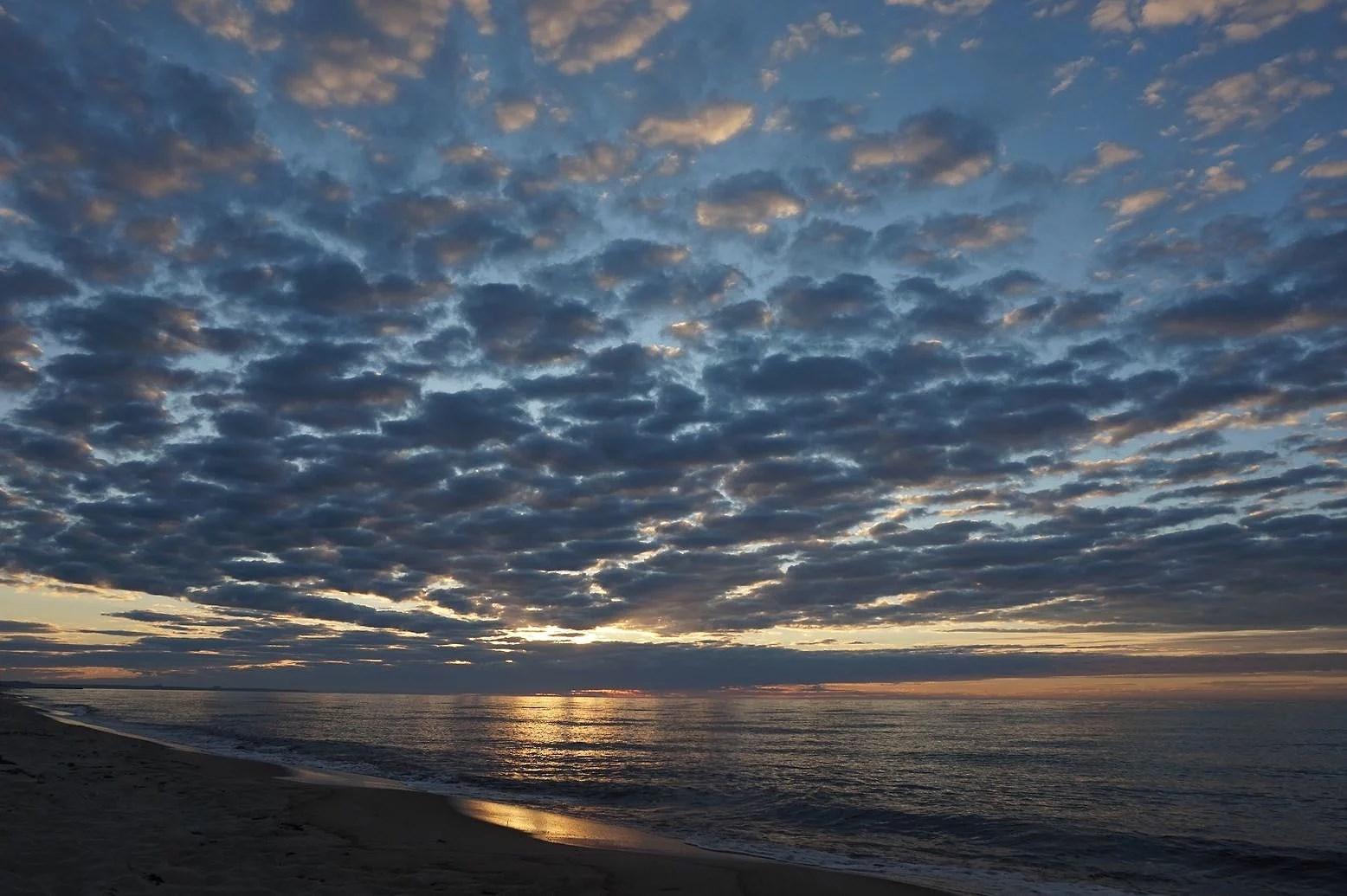 Soluppgång och upptäcktsfärd på stranden