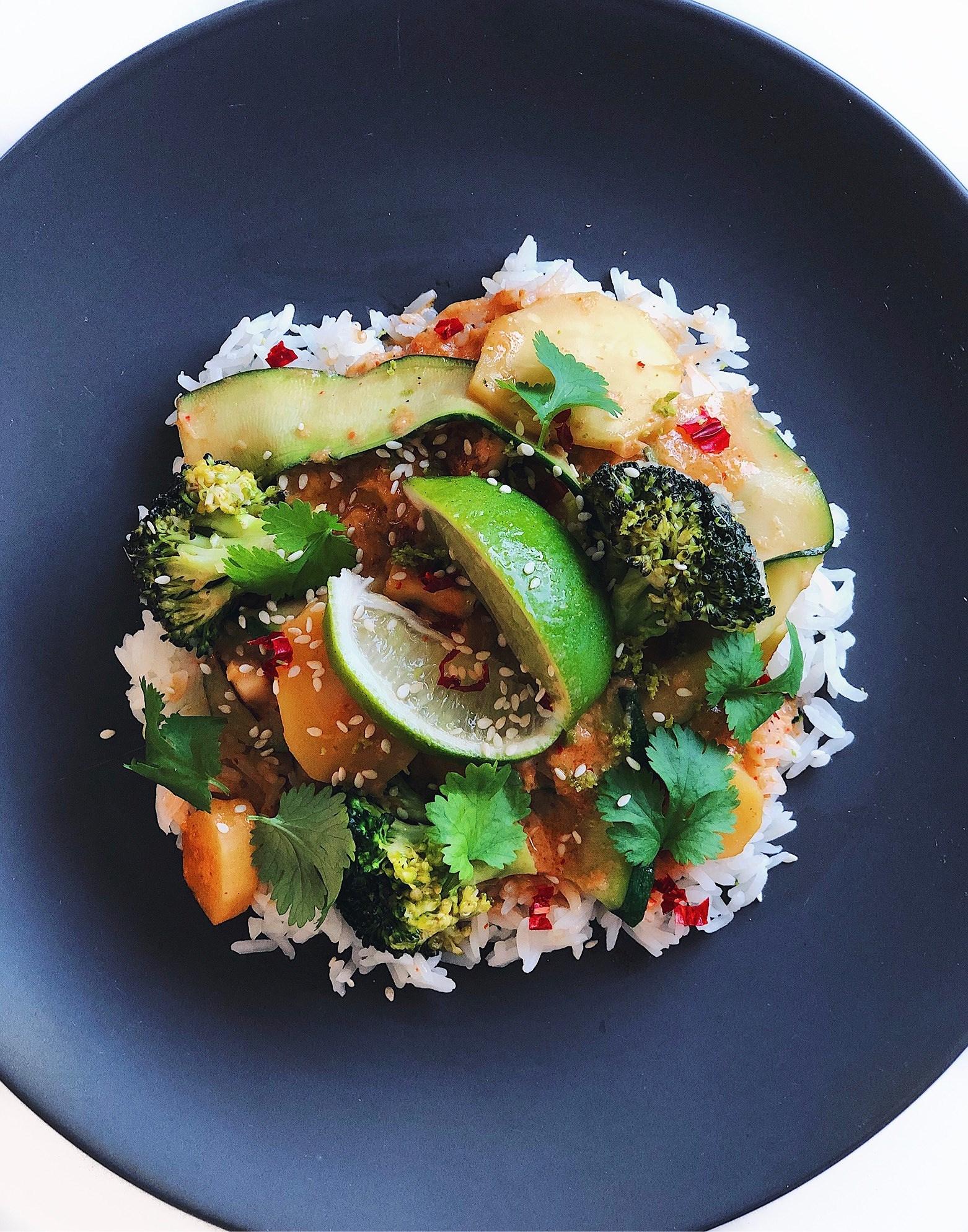 Het röd curry med halloumi och zucchini