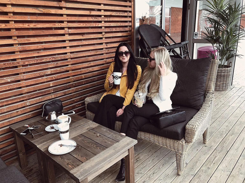 Kaffe i solen med min bästavän