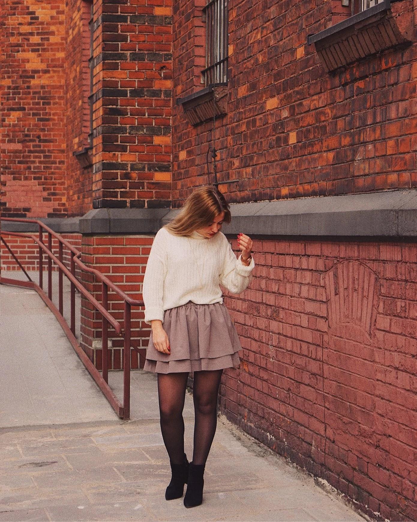 Pierwsza wiosenna stylizacja: biały sweter i spódnica mini
