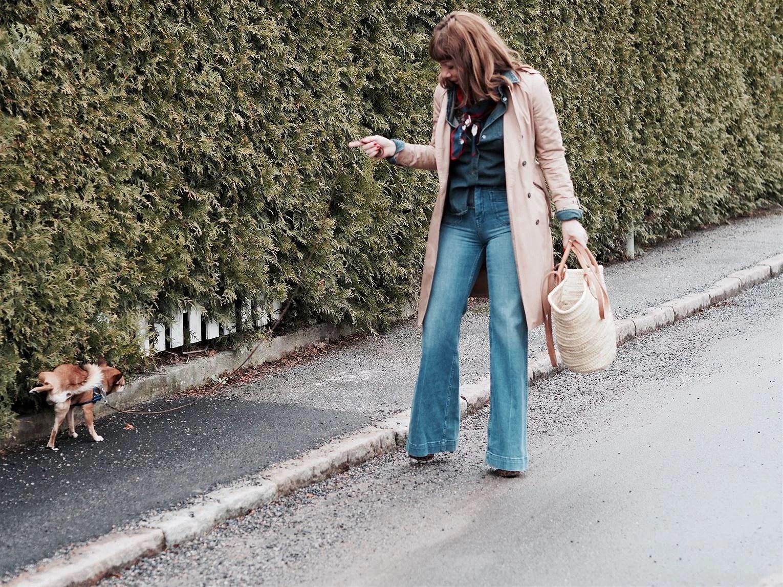 utsvängda jeans, lina paciello vintage 70-tal trenchcoat