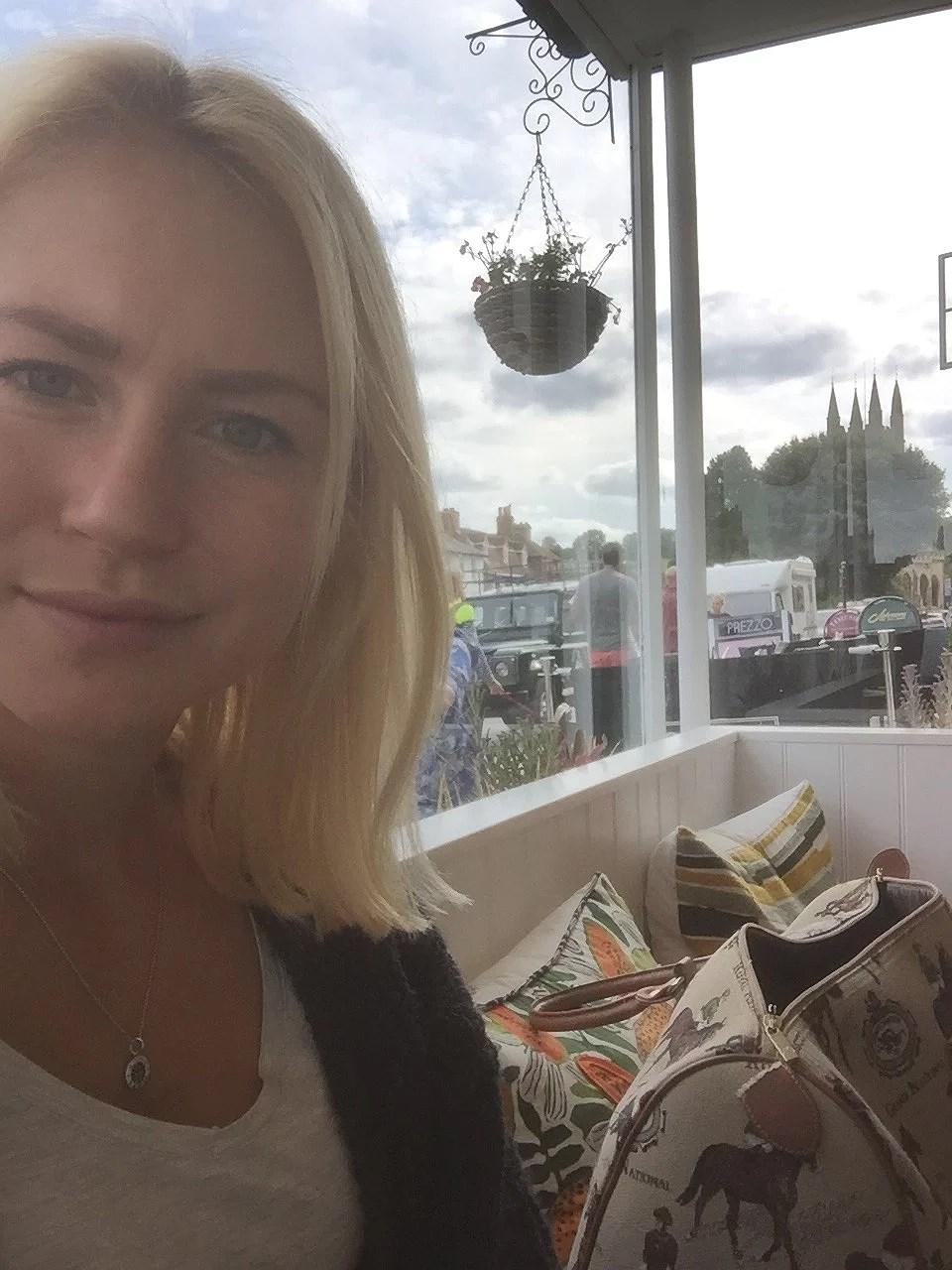 vloggfilmning, nyklippt och kafemys